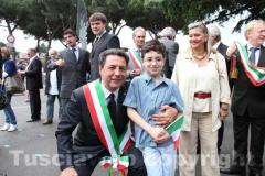 Il sindaco Marini con uno dei bambini della scuola De Amicis