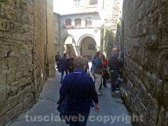 Turisti in fila per entrare al museo