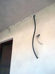 Punti luce incompleti e pareti rovinate