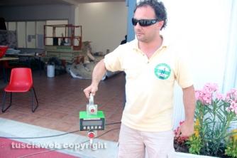 Mirko Fiorillo con la bilancia elettronica