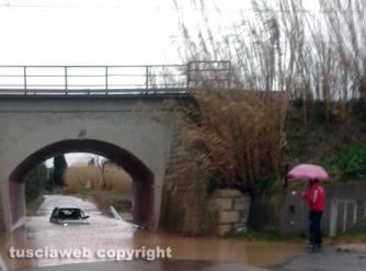 Una macchina intrappolata nell\'acqua sulla Tuscanese