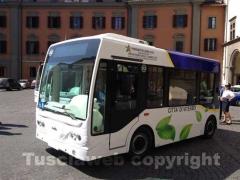 Un bus elettrico a piazza del Plebiscito