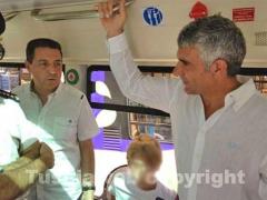 Il sindaco Marini con l\'assessore Bartoletti all\'interno del bus