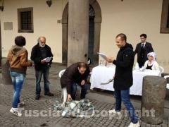 Il flashmob contro l'arsenico a piazza del Comune