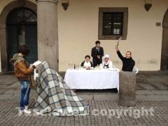 Il flashmob contro l\'arsenico a piazza del Comune