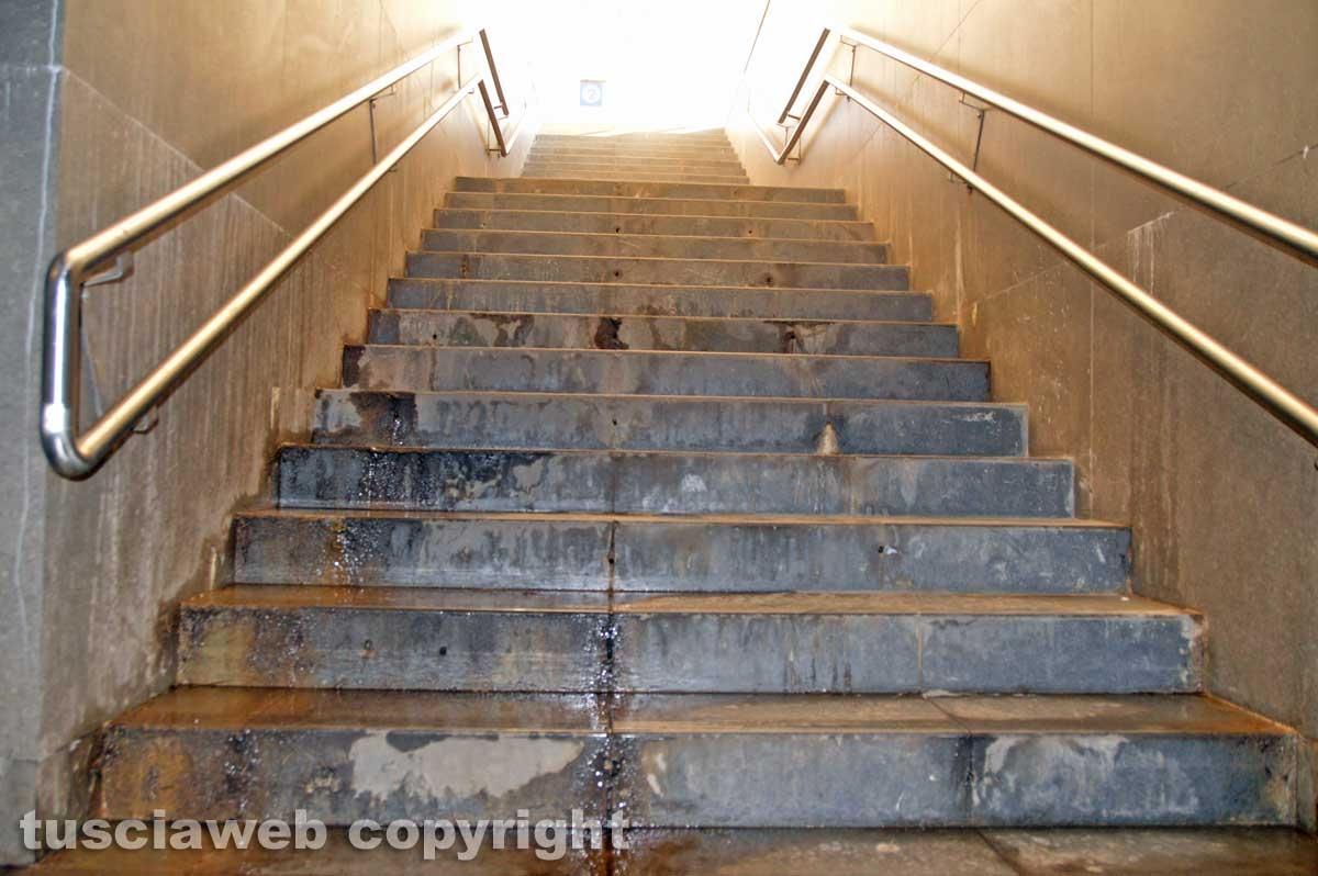 Stazione di Tarquinia - Alcuni degli scalini che portano ai binari