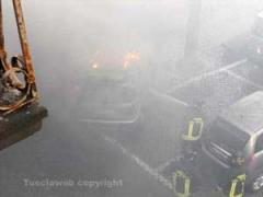 I vigili del fuoco spengono l\'auto in fiamme