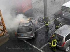 I vigili del fuoco spengono l'auto in fiamme
