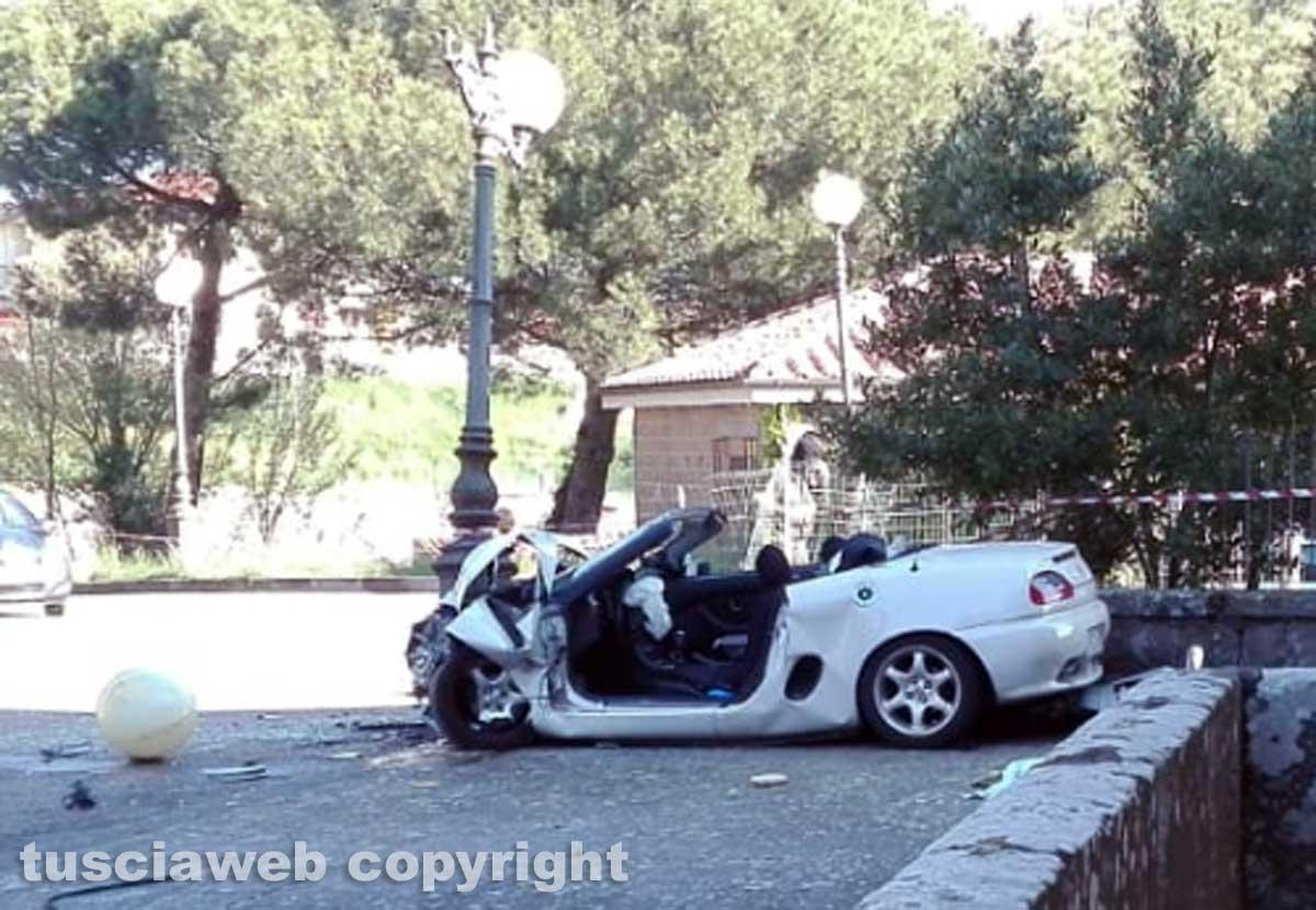 Montefiascone - Auto contro un palo