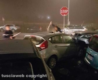 Auto fuori strada, sfiorata la tragedia