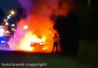 Auto in fiamme a Bassano Romano