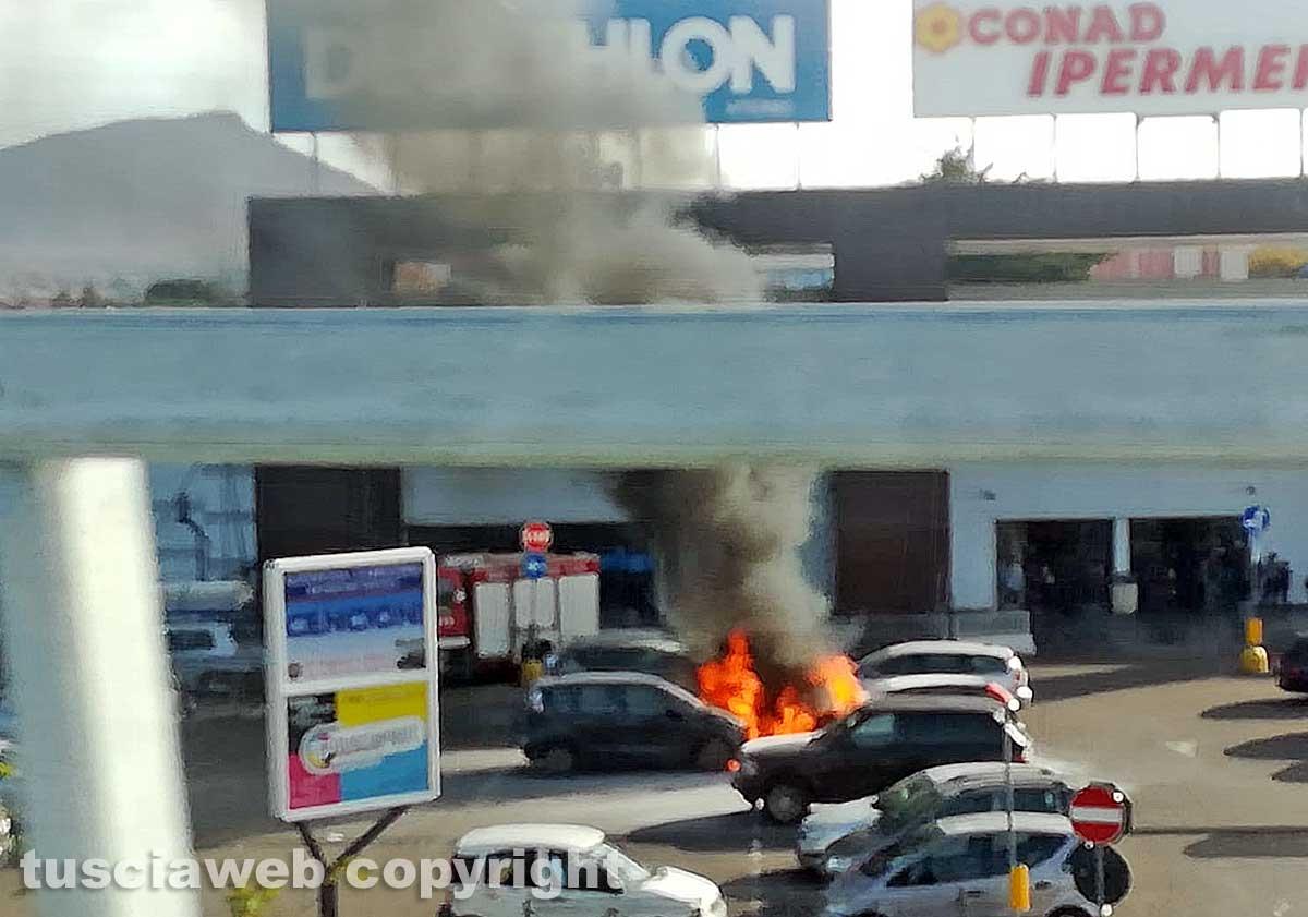 Auto in fiamme al centro commerciale