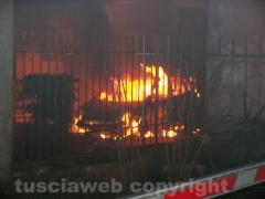 Auto in fiamme nel centro di Capranica