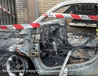 Tarquinia - Auto in fiamme sotto le case