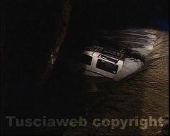 Le immagini del fuoristrada travolto dal fiume in piena - L'intervento dei vigili del fuoco