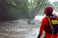 Le immagini del fuoristrada travolto dal fiume in piena - L\'intervento dei vigili del fuoco