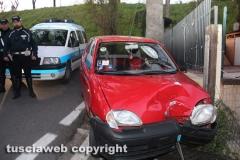 Viterbo - Auto sfonda cancello