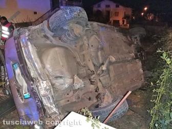 Montefiascone – Auto finisce fuori strada e si sfracella contro due macchine