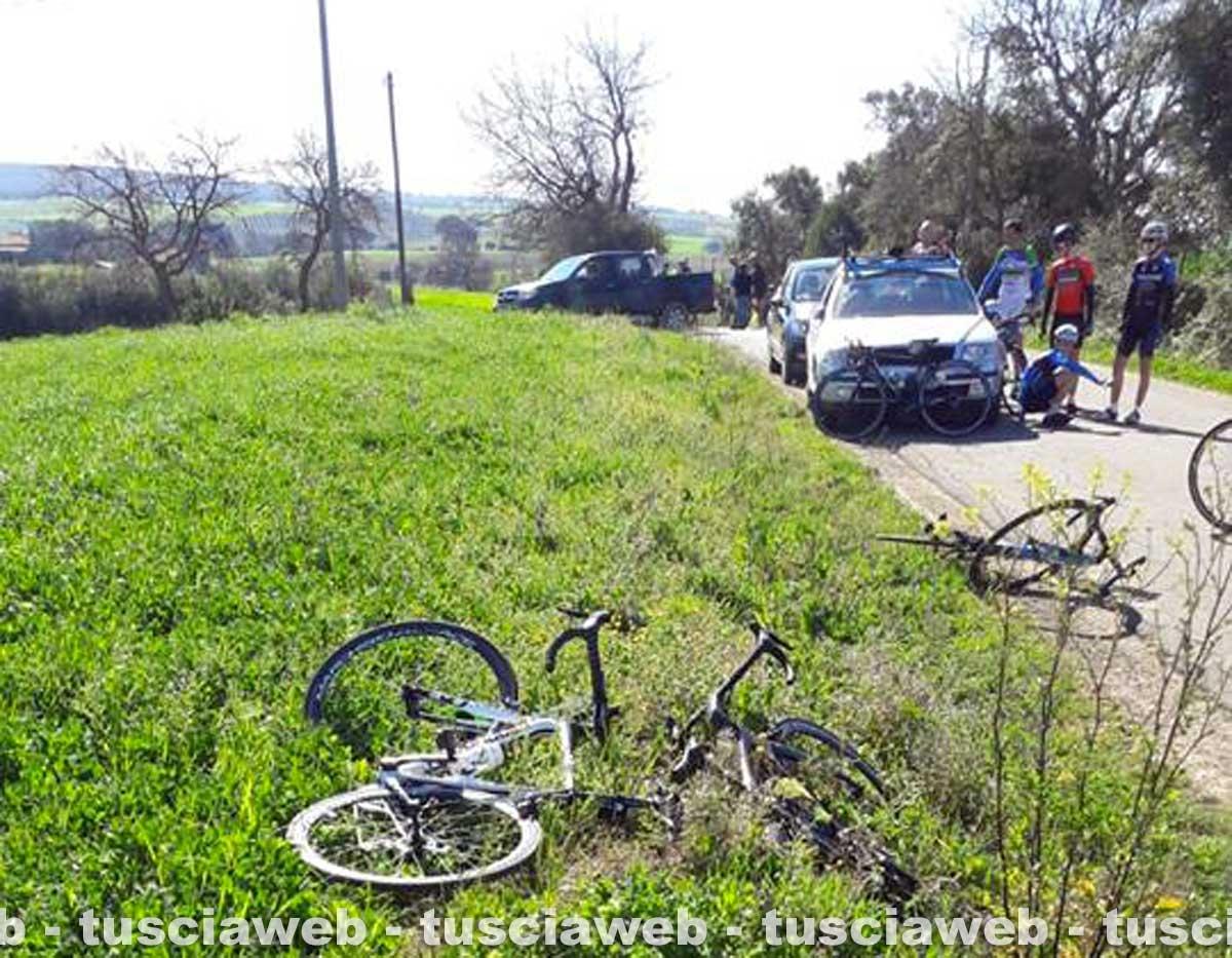 Tarquinia - Auto travolge gruppo di ciclisti
