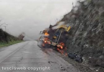 Viterbo - Autoarticolato fuori strada in località Tufelli