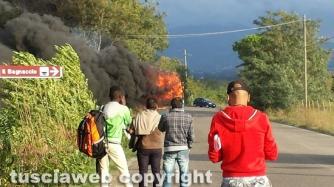 Autobus in fiamme sulla Commenda