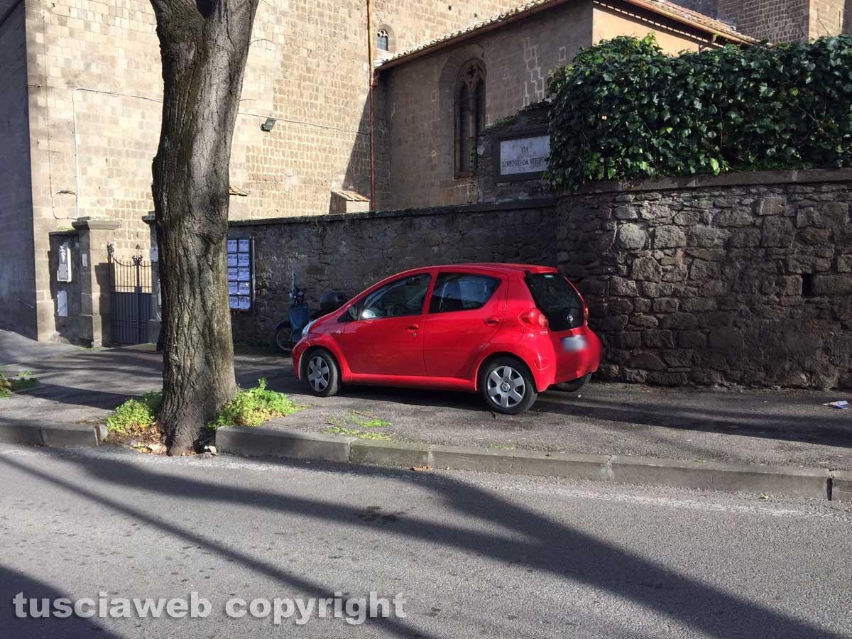 Viterbo - Parcheggio selvaggio a piazza Crispi