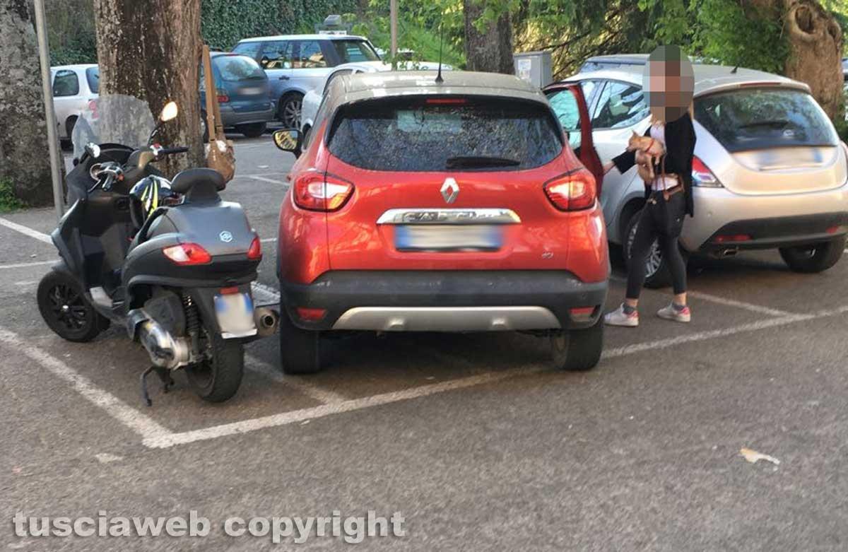 Viterbo - Auto parcheggiata sui posti riservati ai motorini alla Quercia