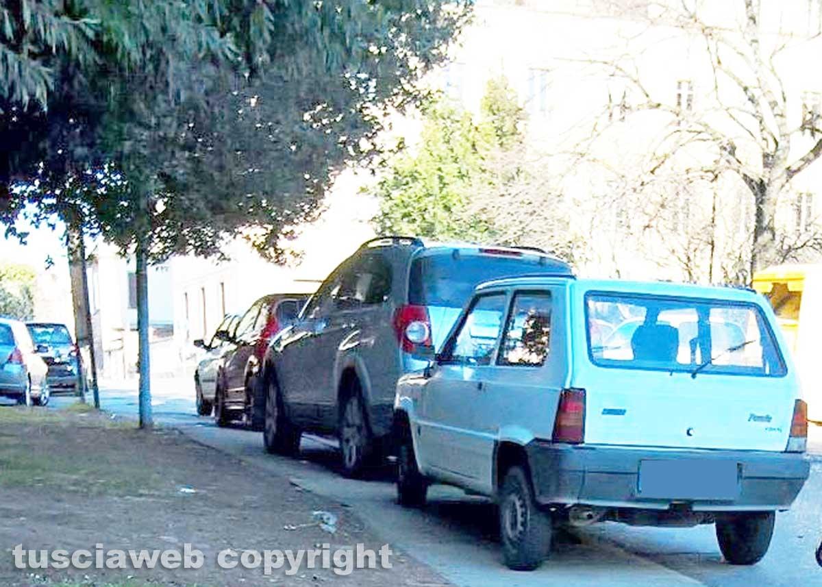 Viterbo - Parcheggi selvaggi in via del Paradiso