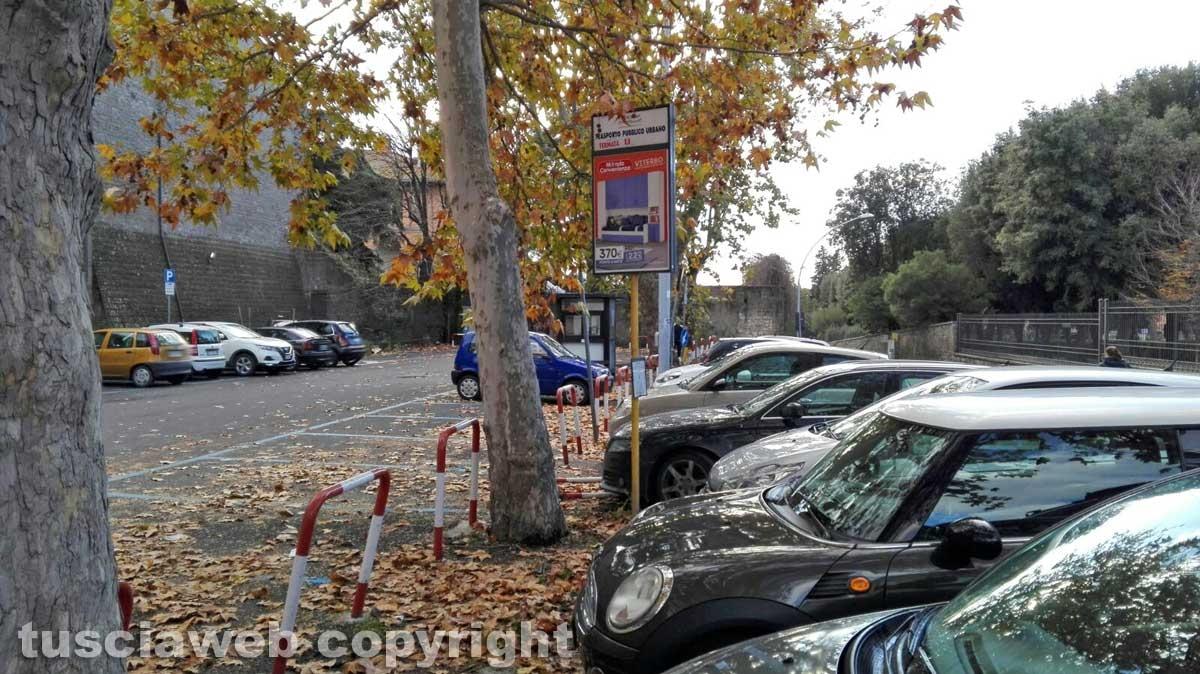 Viterbo - Il parcheggio di fronte a prato giardino Lucio Battisti