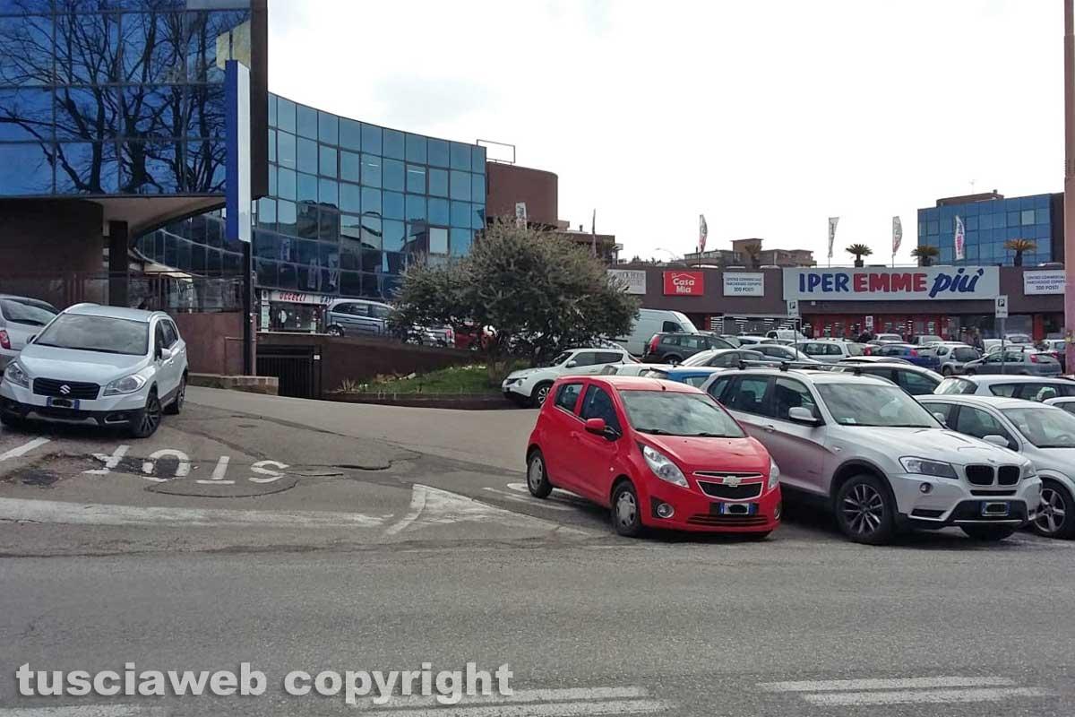Viterbo - Parcheggio selvaggio in viale Armando Diaz
