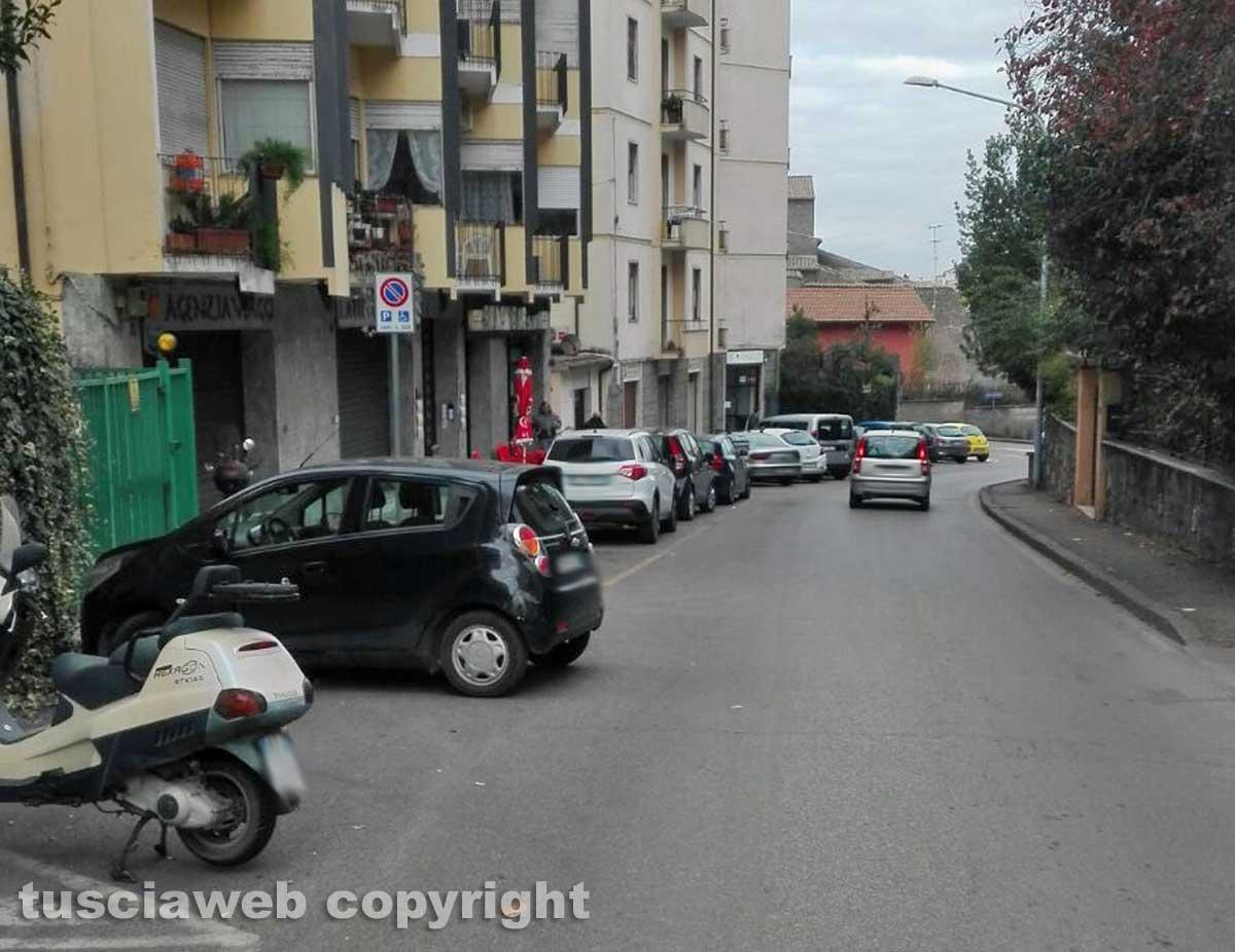 Viterbo - Parcheggio selvaggio in via Vicenza