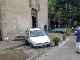 """Viterbo - Lo strano """"parcheggio"""" di una Renault a piazza Crispi"""
