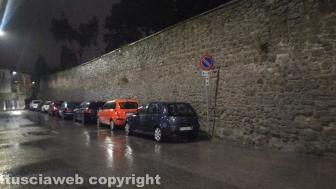 Viterbo - Il parcheggio in divieto di sosta a via I Maggio