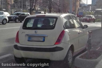 Viterbo - Via A. Diaz - Macchina parcheggiata sul marciapiede