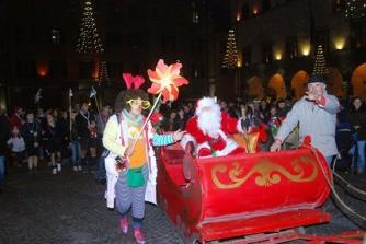 ViterboBabbo Natale, elfi e majorettes a piazza della Rocca