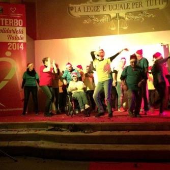 Babbo Natale, elfi e majorettes a piazza della Rocca