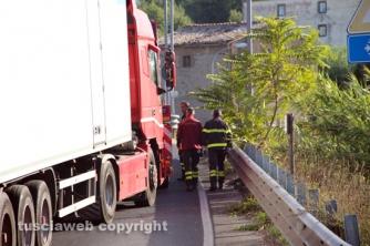 Bilico bloccato in via Genova