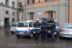 La polizia locale porta via scatoloni di documenti dal comune