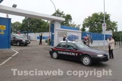 Gli arrestati escono dalla caserma dei carabinieri