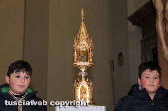 Boccioli, rosine e sbandieratori in corteo per santa Rosa