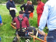 66enne cade in un burrone, le immagini dell\'intervento di soccorso