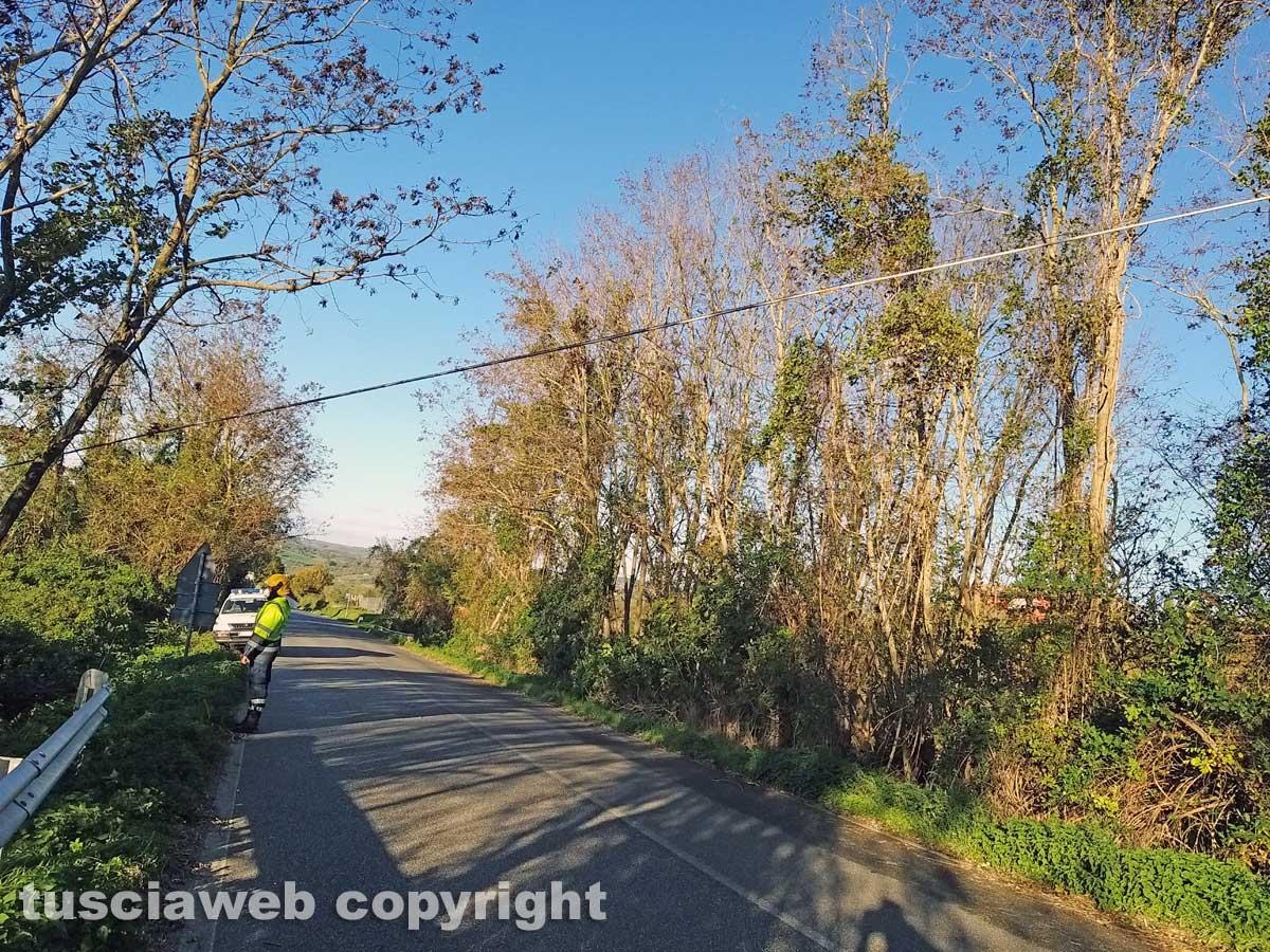 Montefiascone - Il cavo telefonico pericolante sulla Cassia