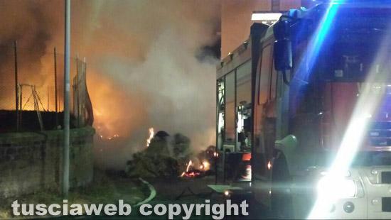 img_4295 Camion carico di balle di paglia in fiamme
