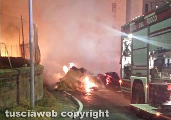 Camion carico di balle di paglia in fiamme