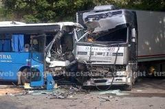 Camion contro autobus, decine di feriti