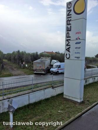 Viterbo - Camion fuori strada sulla Tuscanese