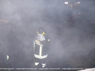 Camion in fiamme, vigili del fuoco al lavoro