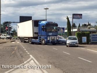 Camion in mezzo alla strada sulla Tuscanese
