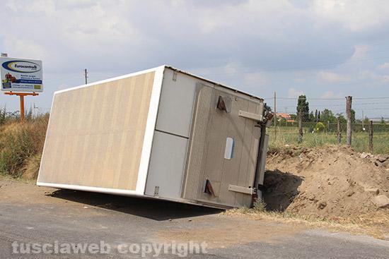 Camion si ribalta sulla cassia nord for Cabine sulla sponda nord