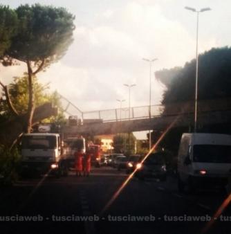 Flaminia - Camion urta e fa crollare un ponte pedonale